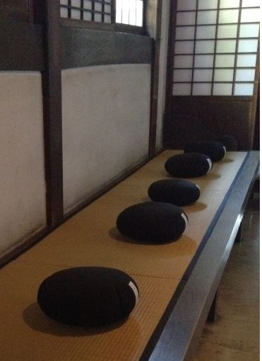 Einige Schüler Fragen Ihren Zen Meister Warum Er So Zufrieden Und Glücklich  Ist: